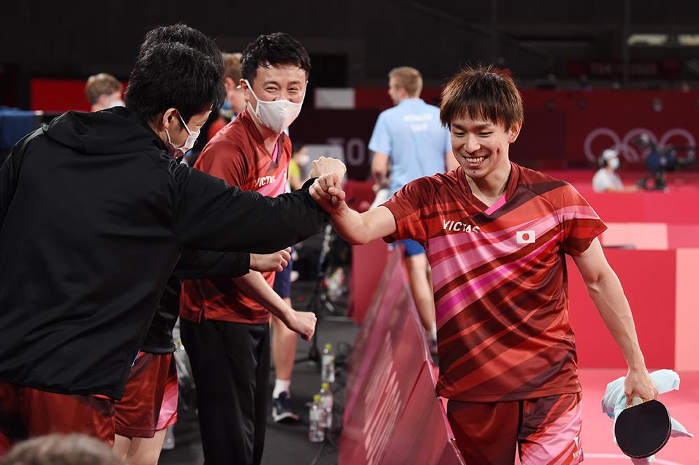 丹羽孝希が決めた!日本がベスト4進出 ドイツと台湾の勝利チームと激突【五輪卓球 団体】
